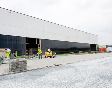Murs intérieurs, rayonnages d'entrepôt et parking